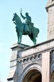 Una statua davanti alla basilica del cuore sacro di Parigi Fotografia Stock Libera da Diritti
