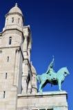 Una statua davanti alla basilica del cuore sacro di Parigi Fotografia Stock