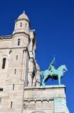 Una statua davanti alla basilica del cuore sacro di Parigi Fotografie Stock