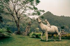Una statua del bestiame con un agricoltore nel Vietnam Immagine Stock Libera da Diritti
