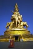 Una statua del Buddha su una parte superiore della montagna Fotografie Stock Libere da Diritti