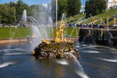 Una statua dell'oro al grande palazzo di Peterhof a St Petersburg fotografie stock