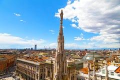 Una statua della cupola della cattedrale di Milano con la vista della città di estate Fotografia Stock Libera da Diritti