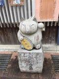Una statua della pietra della volpe quella seduta alla strada dei negozi di Yudaonsen fotografia stock
