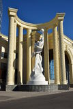 Una statua dentro un mezzo rotunda fotografia stock