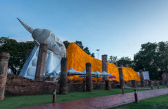 Una statua di Buddha del gigante osserva fuori sopra la Tailandia del centro il tramonto dal tempio di Bongeunsa Fotografia Stock