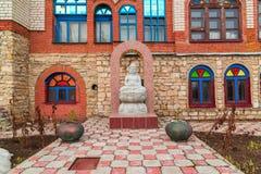 Una statua di Buddha in tempio di tutte le religioni Il villaggio di vecchio Arakchino Kazan, Tatarstan fotografia stock libera da diritti