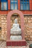 Una statua di Buddha in tempio di tutte le religioni Il villaggio di vecchio Arakchino Kazan, Tatarstan immagine stock libera da diritti