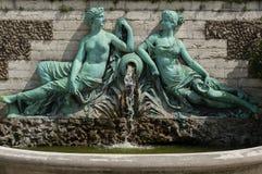 Una statua di due amanti al giardino botanico di Bruxelles Immagine Stock