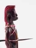 Una statua di legno di un guerriero africano Fotografia Stock