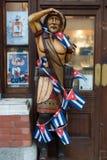 Una statua di legno di un indiano rosso indigeno Fotografie Stock
