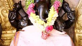 Una statua di Lord Ganesha il tempio indù della dea, India del sud archivi video