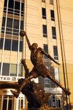 Una statua di Michael Jordan al centro unito, Chicago immagine stock
