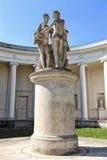 Una statua di tre tolleranze sul piedistallo alto Immagini Stock