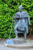 Una statua di un capo maori della Nuova Zelanda in vestito tradizionale immagini stock libere da diritti