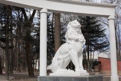 Una statua di un leone Fotografie Stock Libere da Diritti