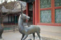 Una statua di un Qilin che sta prima del palazzo di estate a Pechino Immagine Stock