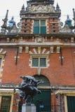 Una statua moderna di due cavalieri jousting sui cavalli Fotografia Stock Libera da Diritti