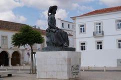 Una statua nella città di Lagos - osservata da una distanza - il Portogallo fotografie stock libere da diritti