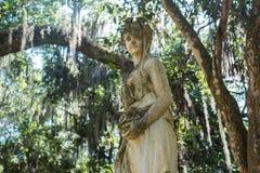 Una statua neoclassica alla piantagione di Rosedown fotografia stock