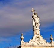 Una statua sopra una tomba immagine stock libera da diritti