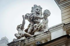 Una statua sul teatro dell'opera fotografie stock