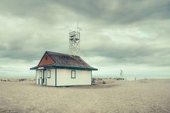 Una stazione del bagnino contro un cielo nuvoloso immagine stock libera da diritti