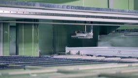 Una stazione del complessivo telaio di struttura della finestra con una sega circolare stock footage