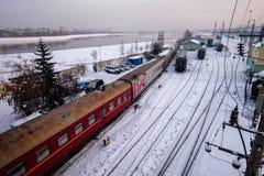 Una stazione ferroviaria nella città di Ikutsk in Russia durante l'inverno fotografie stock