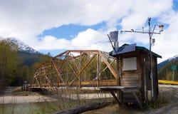 Una stazione metereologica accanto ad un fiume nell'Alaska Immagine Stock Libera da Diritti