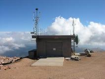Una stazione metereologica sul picco dei lucci. fotografia stock libera da diritti