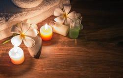Una stazione termale domestica con sapone e le candele fotografia stock