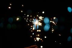 Una stella filante bruciante su un fondo nero fotografie stock libere da diritti