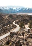 Una strada avvolge il suo modo attraverso il paesaggio roccioso immagini stock libere da diritti