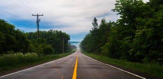 Una strada campestre di estate fotografie stock