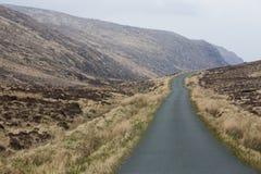 Una strada campestre isolata nelle colline del Donegal in Irlanda fotografie stock