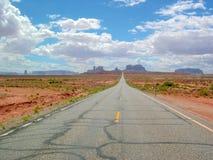 Una strada che conduce alla valle del monumento, Arizona, S.U.A. immagini stock libere da diritti