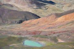 Una strada curva nel plateau tibetano Fotografie Stock Libere da Diritti