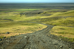 Una strada della ghiaia in mezzo all'Islanda Immagine Stock Libera da Diritti