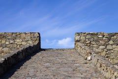 Una strada delle pietre che vola diritto nel cielo fotografia stock libera da diritti
