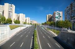 Una strada di due modi in città Immagine Stock Libera da Diritti
