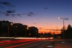 Una strada di grande traffico al tramonto Fotografie Stock