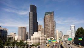 Una strada a doppia carreggiata da uno stato all'altro di 5 automobili di Seattle dell'orizzonte del centro della città Fotografie Stock Libere da Diritti