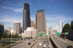 Una strada a doppia carreggiata da uno stato all'altro di 5 automobili di Seattle dell'orizzonte del centro della città Fotografia Stock