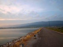 Una strada e un fiume Fotografia Stock