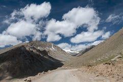 Una strada a Khardinga al passaggio della La di Khardung vicino a Leh Immagini Stock Libere da Diritti