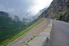 Una strada lunga e sola chiamata, ` che va al ` della strada di Sun è nel Montana immagine stock libera da diritti