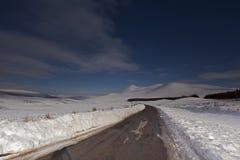 Una strada lunga, stretta e fredda immagini stock libere da diritti