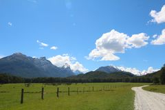 Una strada lungo il dardo River Valley, Nuova Zelanda fotografia stock libera da diritti