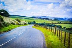 Una strada nella campagna, paesaggio scozzese di estate, Lothians orientale, Scozia, Regno Unito Fotografie Stock Libere da Diritti